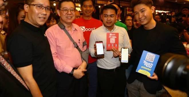 Lim menunjukkan aplikasi yang merupakan penyedia perkhidmatan bayaran dalam talian e-dompet, Touch 'n Go, Boost dan Grab.