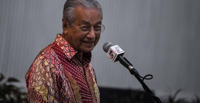 Dr Mahathir berucap pada Majlis Makan Malam Santai 2020 Parlimen Kuala Kedah di Dewan Besar Sekolah Kebangsaan Taman Bersatu malam tadi. - Gambar Bernama