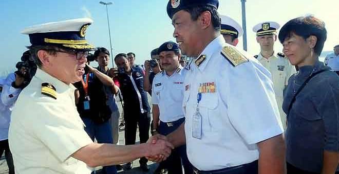 ERAT JALINAN: Nurul Hizam (dua kanan) bersalaman dengan Suzuki Shiro (kiri) ketika menyambut ketibaan Kapal Echigo PLH 08 milik Japan Coast Guard (JCG) yang berlabuh di Pusat Hidrografi Nasional Pelabuhan Klang, Pelabuhan Klang semalam. — Gambar Bernama