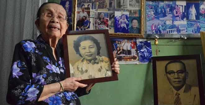 NOSTALGIA: Lim menunjukkan gambar beliau ketika remaja semasa ditemui Bernama di kediaman beliau di sebuah rumah kedai di Kampung Cina, Kuala Terengganu semalam. — Gambar Bernama