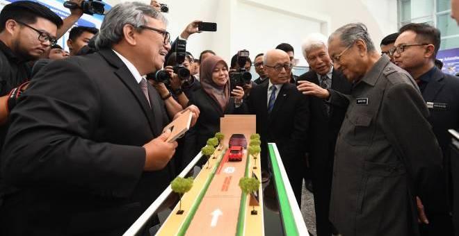 DrMahathir melawat ruang pameran selepas Majlis Pelancaran NAP 2020di Kementerian Perdagangan Antarabangsa dan Industri hari ini. - GambarBERNAMA.