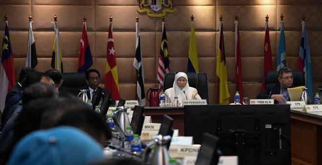 MESYUARAT: Dr Wan Azizah (tengah) mempengerusikan Mesyuarat Khas High Level Committee Jawatankuasa Pengurusan Bencana Pusat berhubung COVID-19 di Dewan Persidangan ICU Bangunan Perdana Putra, Putrajaya semalam. Turut hadir Menteri Luar Datuk Saifuddin Abdullah (kanan) dan Ketua Pengarah Agensi Pengurusan Bencana Negara (NADMA) Datuk Mohtar Mohd Abd Rahman (kiri).  — Gambar Bernama