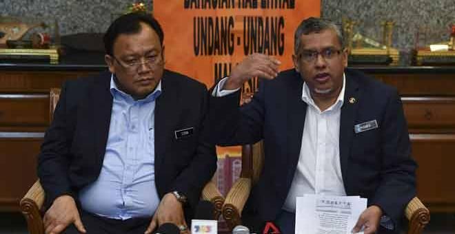 SIDANG MEDIA: Mohamed Hanipa (kanan) bersama Eddin Syazlee  bercakap semasa sidang media berhubung isu penyebaran berita palsu dan fitnah di Bangunan Hal Ehwal Undang-Undang, Putrajaya semalam. — Gambar Bernama