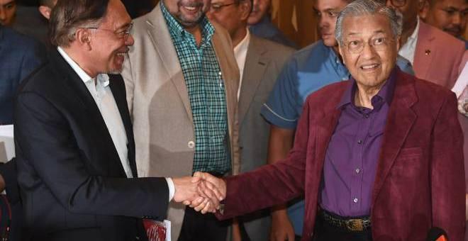 Dr Mahathir dan Anwar pada sidang media selepas mesyuarat Majlis Presiden PH, malam Jumaat.