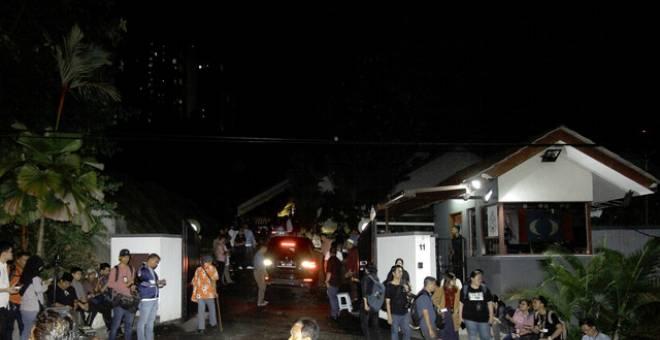 Pengamal media tempatan berkumpul di kediaman Anwar di Segambut pada Ahad berikutan desas desus kemungkinan pengaturan semula landskap politik negara. - Gambar Bernama