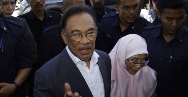 Anwarhadir bagi mempengerusikan mesyuarat khas MPP di Ibu Pejabat PKR hari ini.Turut hadir Pengerusi Majlis Penasihat PKR yang juga Timbalan Perdana Menteri Datuk Seri Dr Wan Azizah Wan Ismail. - Gambar Bernama