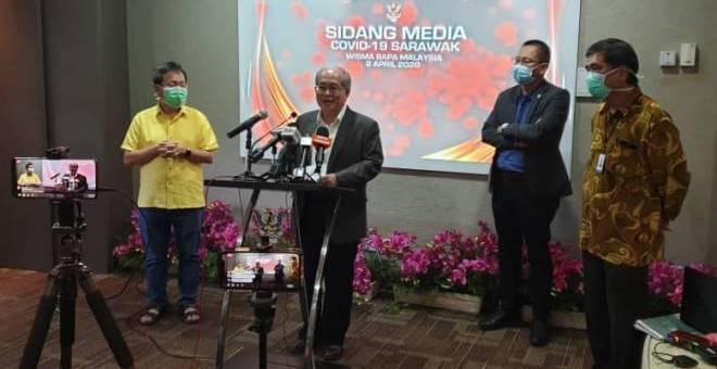 Uggah bersama Dr Sim dan Abdullah pada sidang media mengenai COVID-19.