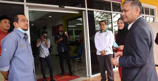 BERBUAL: Shamsul Anuar (kanan) berbual dengan Exco Perak Ahmad Saidi Mohamad Daud (kiri) ketika mengadakan lawatan kerja dan mencengar taklimat mengenai cadangan Georpark Kebangsaan di Lenggong di Pejabat Daerah dan Tanah Lenggong di Lenggong semalam. — Gambar Bernama