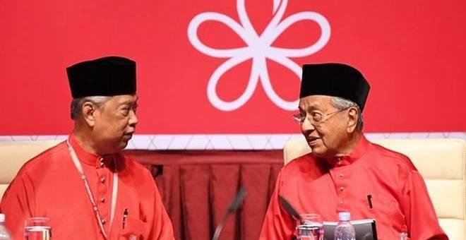 Gambar fail menunjukkan Muhyiddin dan Dr Mahathir pada satu mesyuarat Bersatu.