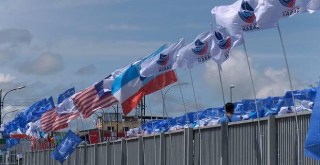 Bendera Parti Warisan Sabah (Warisan) dan Barisan Nasional (BN) kelihatan berkibar memeriahkan lagi kehangatan berkempen ketika tinjauan PRN Sabah di sekitar Pekan Sipitang pada Isnin. - Gambar Bernama