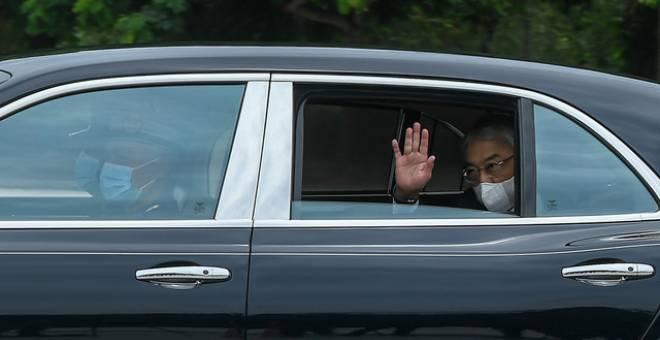 Al-Sultan Abdullah berkenan melambai kepada pengamal media pada keberangkatan tiba ke Istana Negara bagi Mesyuarat Khas Raja-Raja Melayu hari ini. - Gambar Bernama