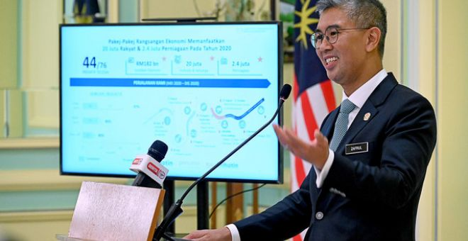Tengku Zafrul ketika memberi taklimat khas kepada pengamal media berkenaan pelaksanaan PERMAIyang diumumkan Perdana Menteri semalam di Bangunan Perdana Putra hari ini. - Gambar Bernama