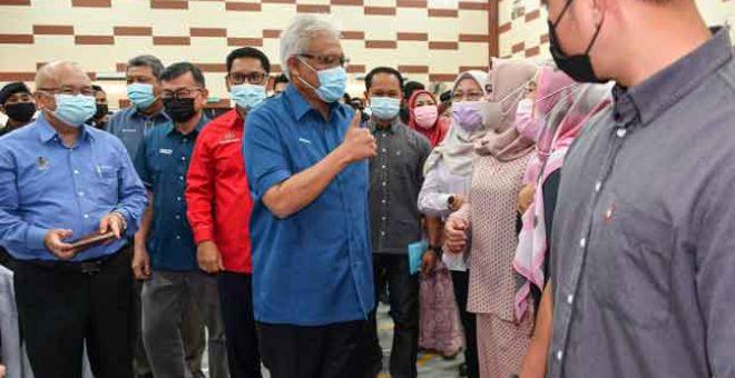 MESRA: Hamzah (tengah) beramah mesra bersama tetamu yang hadir pada Program Malaysia Prihatin di Dewan Serbaguna Bandar Baru Tambun, Ipoh semalam. — Gambar Bernama