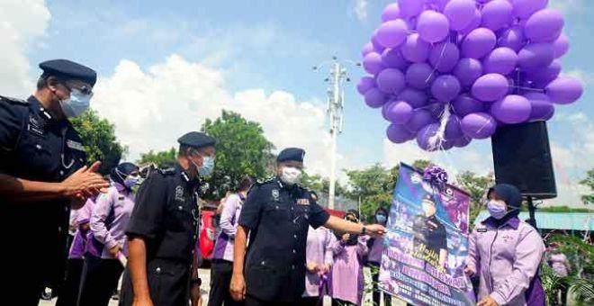 PELANCARAN: Abdul Hamid (depan, tiga kiri) bersama Ketua Polis Selangor Datuk Arjunaidi Mohamed (depan, dua kiri) semasa gimik pelancaran pada majlis pelancaran Taman Angkat Amanita Kontinjen Selangor di Bandar Puteri Klang semalam. — Gambar Bernama
