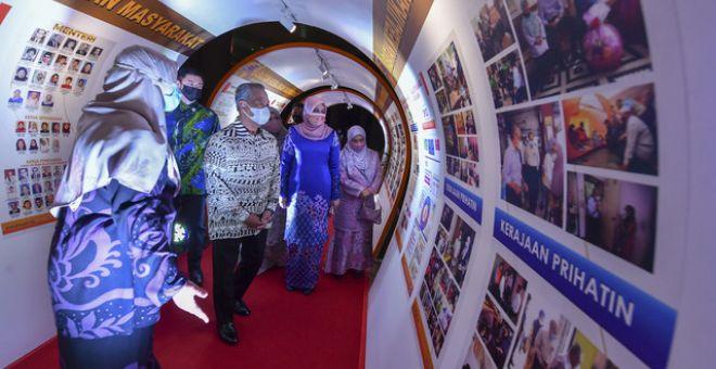 Muhyiddin (tiga, kanan) ketika melawat Time Tunnel 75 Tahun JKMsambil diiringi Menteri Pembangunan Wanita Keluarga dan Masyarakat, Datuk Seri Rina Mohd Harun (dua, kanan) di Pusat Konvensyen Antarabangsa Putrajaya (PICC) pada Ahad. - Gambar Bernama