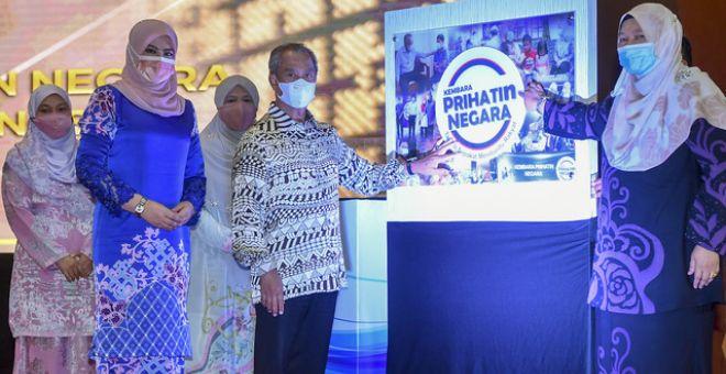 Muhyiddin(dua, kanan) ketika pelancaran Kembara Prihatin Negara Peringkat Kebangsaan sambil disaksikan oleh Rina (dua, kiri) dan Fatimah(kanan) pada Majlis Apresiasi sempena Sambutan Ulang Tahun ke-75 Jabatan Kebajikan Masyarakat JKM di Pusat Konvensyen Antarabangsa Putrajaya (PICC), malam tadi.Turut sama, Siti Zailah (tiga, kanan). - Gambar Bernama