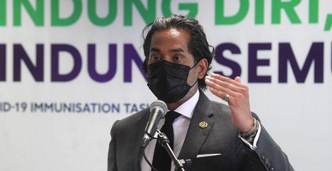 PERKEMBANGAN: Khairy ketika sidang media mengenai perkembangan Program Imunisasi COVID-19 Kebangsaan selepas mesyuarat Jawatankuasa Khas Jaminan Akses Bekalan Vaksin COVID-19 di Putrajaya, semalam.  — Gambar Bernama
