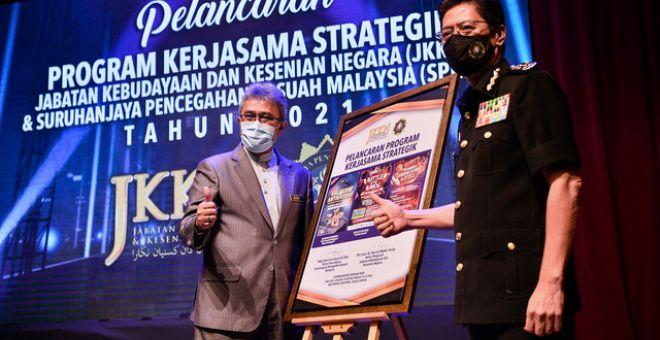 Azam (kanan) bersama Ketua Pengarah JKKNMesran Mohd Yusop (kiri) bergambar bersama selepas melancarkan Majlis Pelancaran Program Strategik antara JKKN dan SPRM di Auditorium JKKN hari ini. - Gambar Bernama