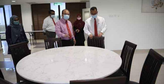 TINJAUAN: Henry Sum Agong (tengah) melakukan lawatan Asrama Institut Kemajuan Desa (INFRA) selepas Majlis Perhimpunan Bulanan Kementerian Pembangunan Luar Bandar di INFRA semalam. — Gambar Bernama