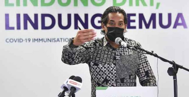 SIDANG MEDIA: Khairy bercakap pada sidang media pelaksanaan sistem HIDE di ibu pejabat Badan Bertindak Imunisasi COVID-19 di Putrajaya, semalam. — Gambar Bernama