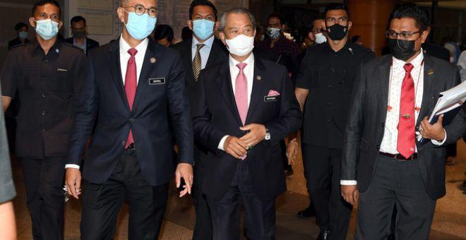 Perdana Menteri Tan Sri Muhyiddin Yassin (tiga, kanan) diiringi Tengku Zafrul (dua, kiri) ketika hadir pada Majlis Pelancaran Jaringan Prihatin di Kementerian Kewangan hari ini. - Gambar Bernama