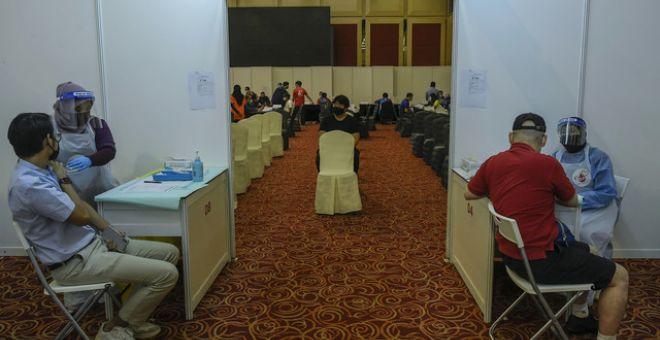 Petugas-petugas kesihatan memberi suntikan vaksin AstraZeneca pada Program Suntikan Vaksin AstraZeneca Secara Sukarela di WTC Kuala Lumpur hari ini. - Gambar Bernama