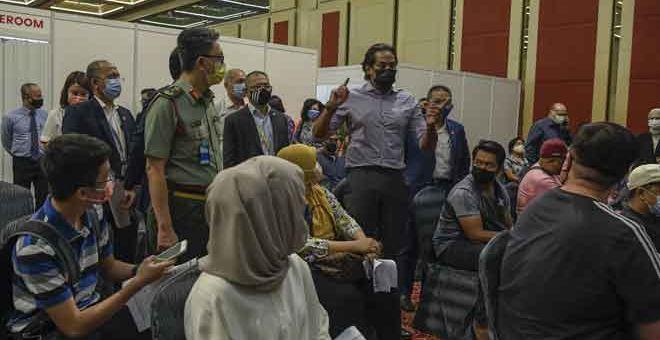 TINJAU: Khairy ketika membuat lawatan di Pusat Pemberian Vaksin AstraZeneca di Pusat Dagangan Dunia Kuala Lumpur (WTCKL), Kuala Lumpur senmalam. — Gambar Bernama