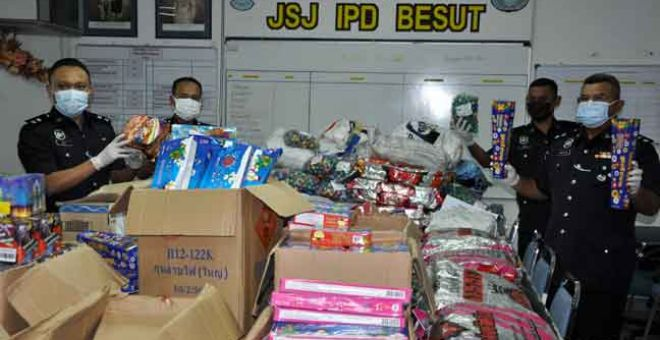 DIRAMPAS: Abdul Rozak (kanan) menunjukkan pelbagai jenis mercun dan bunga api yang dirampas bernilai RM80,000 pada sidang media di Ibu Pejabat Polis Daerah (IPD) Besut, Jertih, semalam. — Gambar Bernama