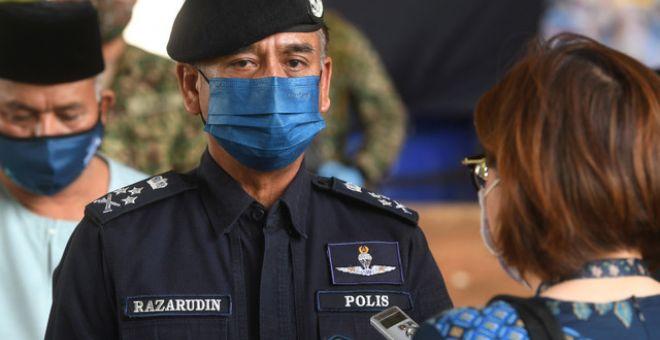 Razarudin Husain ketika ditemu ramah selepas melawat anggota Polis Diraja Malaysia (PDRM) di sekatan jalan raya (SJR) di Lebuh Sentosa Presint 7 menghala Lebuhraya Maju Expressway (MEX) hari ini. - Gambar Bernama