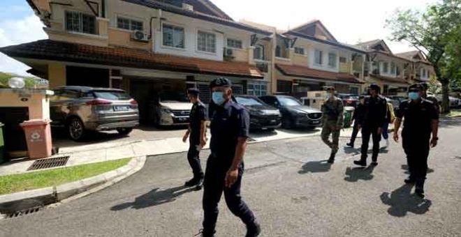KAWAL: Anggota Polis Diraja Malaysia (PDRM) dan Angkatan Tentera Malaysia (ATM) membuat tinjauan dan pemeriksaan dari rumah ke rumah di Presint 9 dekat Putrajaya, semalam bagi memastikan tiada aktiviti kunjung mengunjung dibuat sempena Aidilfitri. — Gambar Bernama