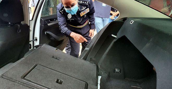 UBAH SUAI: Abdul Majid menunjukkan bahagian tempat duduk belakang dan but kereta yang diubah suai sindiket dadah untuk menyembunyikan bahan terlarang itu pada sidang akhbar di Melaka semalam. — Gambar Bernama