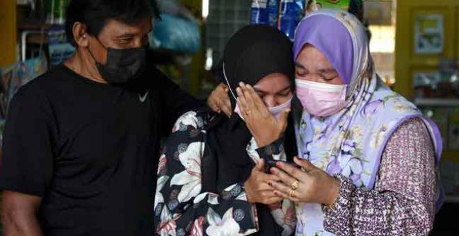 TANGISAN KEGEMBIRAAN: Nurul Aliana (tengah) berkongsi kegembiraan bersama ibu bapanya setelah memperoleh keputusan peperiksaan SPM 2020 ketika ditemui di Kampung Batu Burok di Kuala Terengganu, kelmarin. Nurul Aliana memperoleh keputusan 7A (1A+, 3A, 3A-) dan 1C+. — Gambar Bernama
