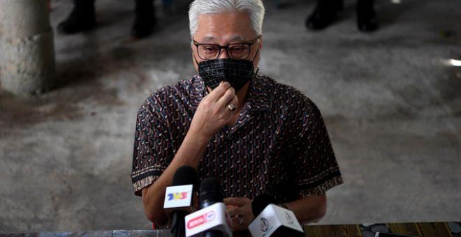 Ismail Sabri yang juga Ahli Parlimen Bera menjawab soalan ketika sidang media selepas menyampaikan bakul makanan kepada penduduk terjejas akibat pandemik COVID-19 di Kampung Charuk Puting, dekat sini, hari ini. - Gambar Bernama