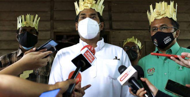 Khairy (tengah) bercakap kepada pemberita selepas meninjau proses pemberian vaksin kepada Orang Asli di PPVBergerak di Kampung Batu Peti hari ini. Turut sama Ahli Parlimen Jempol yang juga Pengerusi Pihak Berkuasa Kemajuan Pekebun Kecil Perusahaan Getah (RISDA) Datuk Mohd Salim Shariff (kanan). - Gambar Bernama