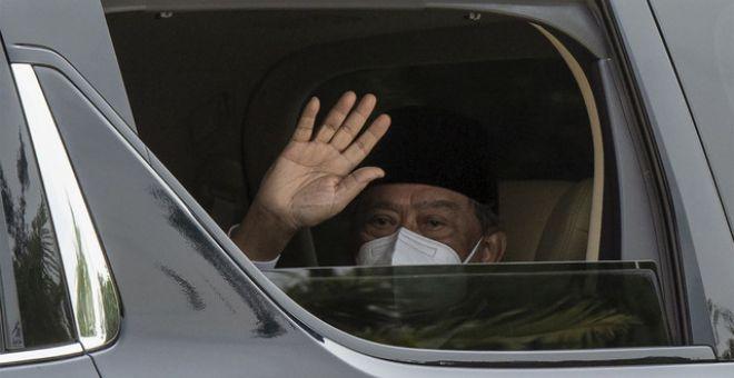 Muhyiddin melambaikan tangan kepada pengamal media ketika memasuki pekarangan Istana Negara bagi menghadap Yang di-Pertuan hari ini. - Gambar Bernama