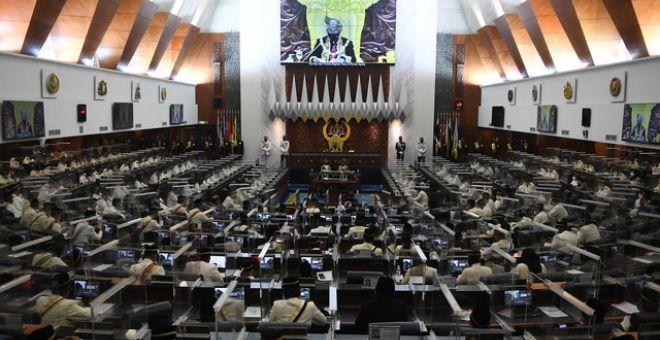 Al-Sultan Abdullahberkenan menyampaikan titah Diraja pada Istiadat Pembukaan Mesyuarat Penggal Keempat, Parlimen ke-14 di Bangunan Parlimen hari ini. - Gambar Bernama