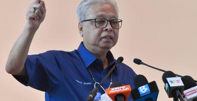 Ismail Sabri berucap pada Upacara Pemakaian Pangkat Ketua Polis dan Timbalan Ketua Polis Daerah Bera hari ini. - Gambar Bernama