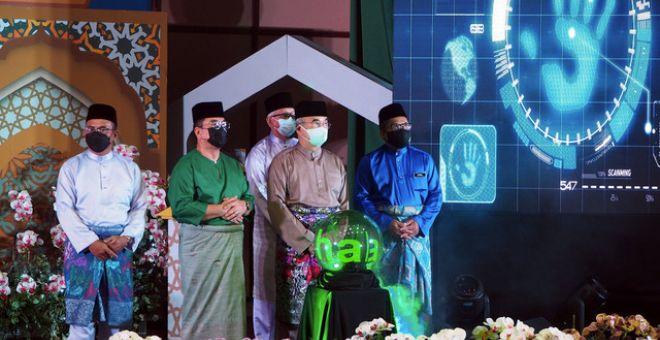 Mohd Ali (dua, kanan) menyempurnakan Majlis Penyampaian Anugerah Khas Maulidur Rasul 1443 Hijrah peringkat negeri di Auditorium Masjid Al-Azim, Bukit Palah hari ini. - Gambar Bernama