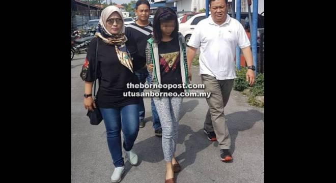 BERSUBAHAT: Rakan subahat suspek yang juga teman wanitanya dibawa ke IPD Kuching untuk membantu siasatan.