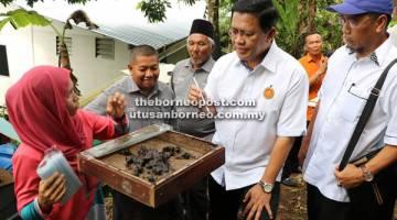BERKHASIAT: Dr Abdul Rahman (dua kanan) ketika mendengar penerangan Zaleha (kiri) berkenaan madu kelulut.