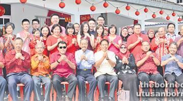 AMALAN TRADISI: Ang (lima kiri) dan keluarga besarnya merakam kenangan dengan tetamu yang hadir.
