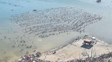 MENARIK: Gambar serahan Telam kelmarin menunjukkan kira-kira 2,000 orang terapung di atas Tasik Epecuen di Carhue. — Gambar AFP