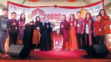 TERBAIK: Rosey (enam kiri), Noraini (enam kanan) bersama artis-artis album kompilasi Miri City Idol selepas pelancaran album.