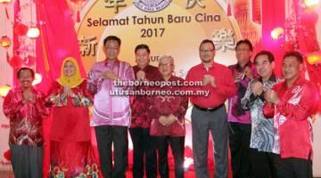 CERIA: Sebahagian daripada tetamu kehormat yang hadir pada majlis Tahun Baharu Cina peringkat IPD Kota Samarahan.