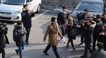 SERBU: Anggota media mengerumuni pendakwa raya (tengah) yang cuba memasuki Rumah Biru di Seoul semalam. — Gambar AFP