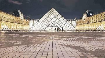 SERANGAN TERBAHARU: Suasana di sekitar Piramid Louvre di pekarangan Muzium Louvre yang tersohor di Paris, kelmarin. — Gambar AFP