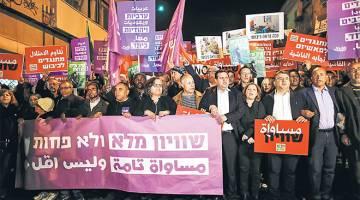BERSATU: Ketua blok Arab dalam Parlimen Ayman Odeh (empat kanan) menyertai demonstrasi bersama mengecam polisi Netanyahu di Tel Aviv, kelmarin. — Gambar AFP