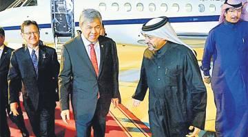 SELAMAT TIBA: Ahmad Zahid disambut Pengarah Jabatan Hubungan Antarabangsa Qatar, Mejar Jen Abdulaziz A Alansari (dua, kanan) setibanya di Lapangan Terbang Antarabangsa Hamad sempena Lawatan Kerja semalam. Turut hadir Ahmad Jazri (kiri). — Gambar Bernama