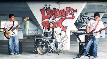 BERBAKAT: (Fendi) kiri), Rina dan Shah (kanan) tiga adik beradik yang mengegarkan industri muzik tempatan.