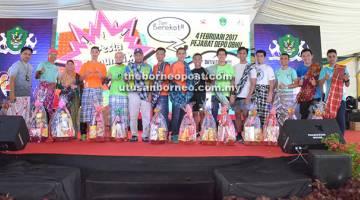 JOM 'BEREKOT': Jumaini (enam kiri) bergambar bersama para peserta yang memenangi 'Fun Run' Jom Berekot!!! di Kuching, Sabtu lepas.